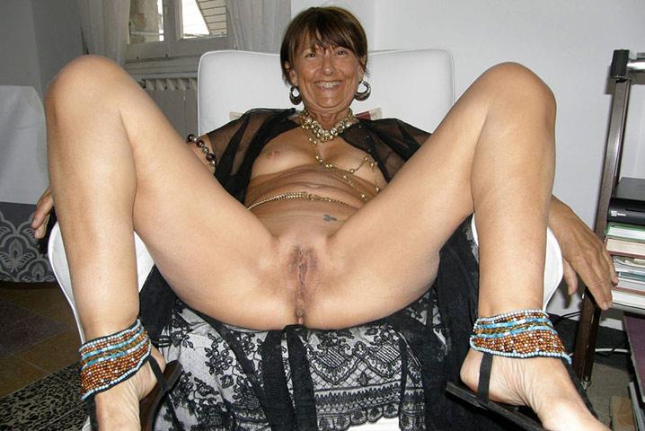 Mamie cochonne jambes écartées